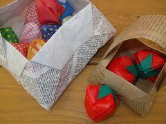 [写真]折り紙で作ったバスケットに入った折り紙のイチゴたち