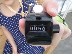 [写真]いちご狩りを終えた女の子が50を表示した数取器を見せてくれたところ