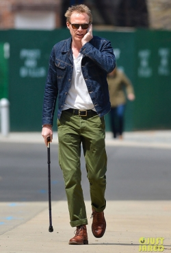 0426 paul-bettany-uses-a-cane