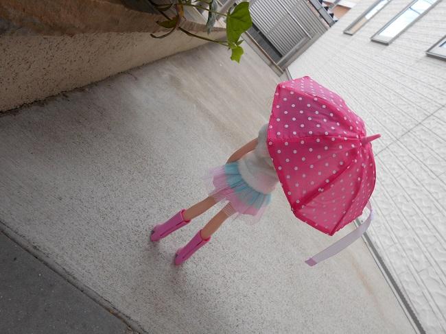 4 傘をさすリカちゃん