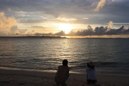 メーギ浜夕日とふたり
