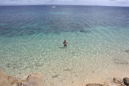 ロマンスロードウディ浜で泳ぐ仁