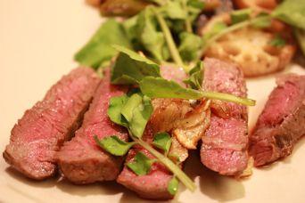 深喜21熟成モモ肉のステーキグリル野菜添え