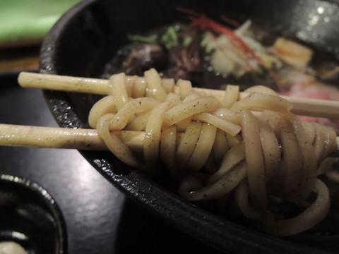 イカデビル(辛さ普通)の麺