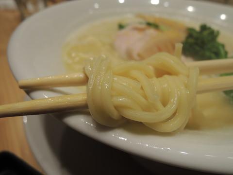 鶏白湯SOBA並の麺