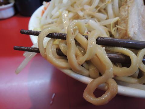 豚ダブルラーメンの麺