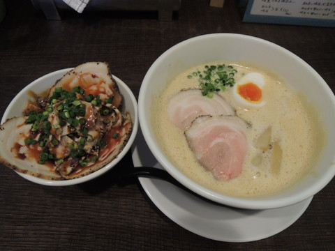 豚CHIKIしょうゆラーメン(750円)+ミニチャーシュー丼(300円)