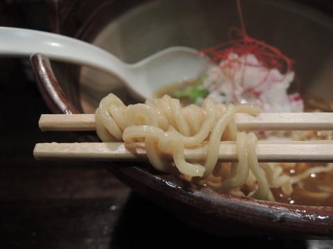偶ラーメン(中細ちぢれ麺)の麺
