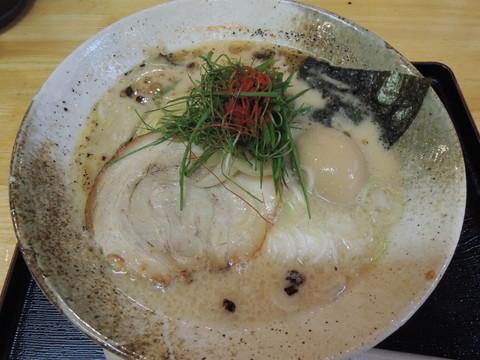 味玉とんこつ醤油らーめん(880円)