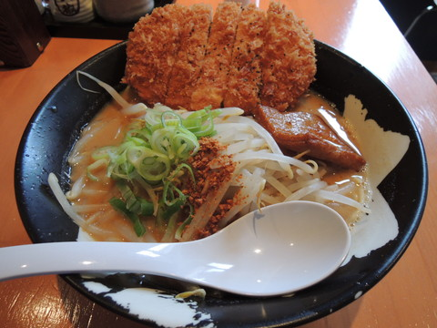 赤味噌カツらーめん(1030円)