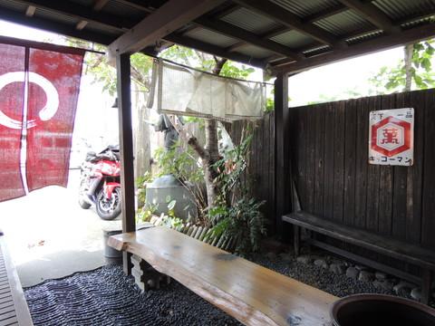 久留米とんこつラーメン 松山分校(店外のベンチ)