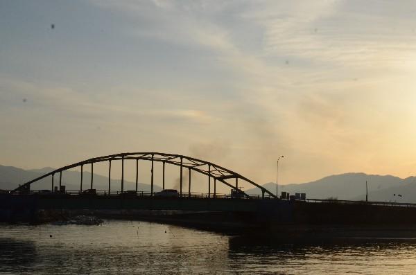 西条市 広江橋 走る車