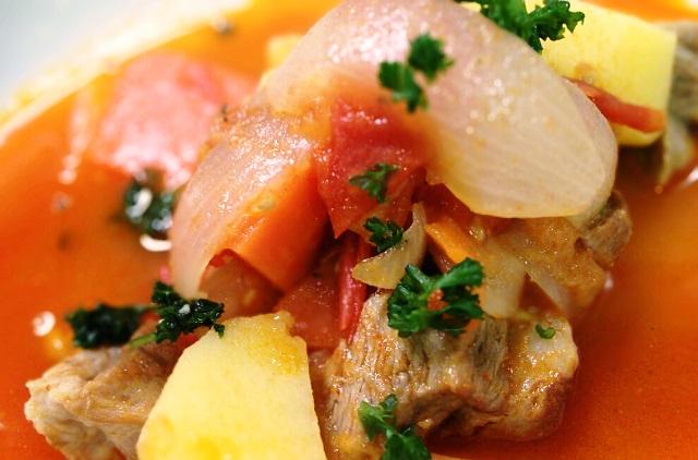 赤いスープの豚肉シチュー