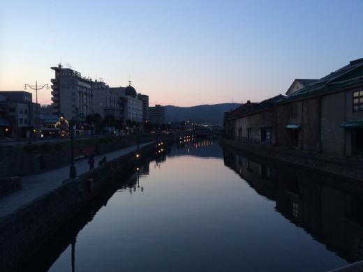 夕暮れ時の小樽運河