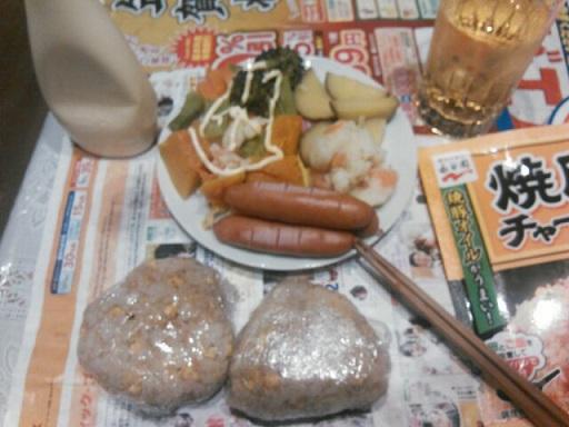 炒飯おにぎり・ソーセージ・サラダ