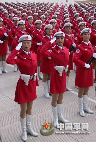 整列する女民兵方隊
