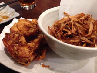 鶏の唐揚げとごぼうチップス