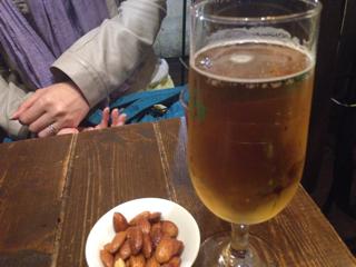 ビールとお通しのナッツ