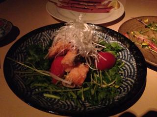 フライドサーモンとトマトとパクチーのサラダ