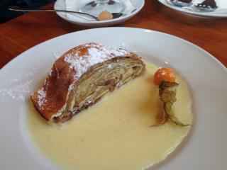 アップルケーキにバニラソース
