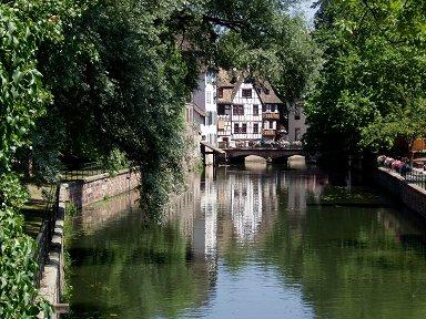 川面に映える緑が深い旧市街downsize