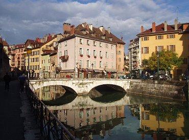 朝の運河は鏡のように橋を映していますREVdownsize