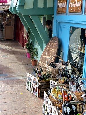 旧港の周りには小さな店が並んでいますdownsize