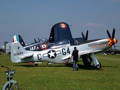 フランス海軍F4U-7とツーショットのP-51Ddownsize