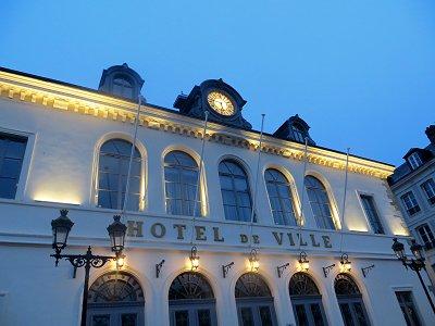 ライトアップされた市庁舎の白壁が美しいdownsize