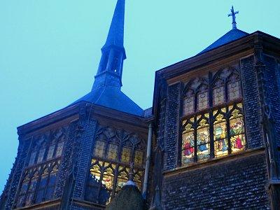ステンドグラスからる温かな光がこぼれるサンカトリーヌ教会downsize