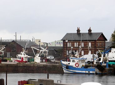 かわいい漁船が係留されている入り江REVdownsize