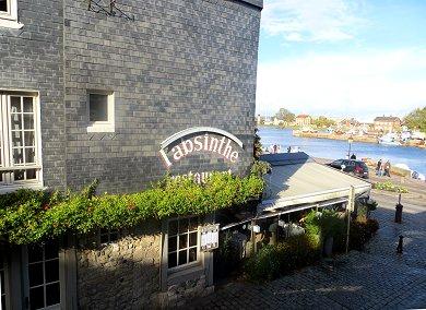 入り江に臨むホテルのレストランREVdownsize