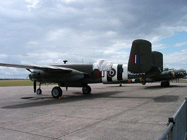 デモ飛行の合間に休憩中のB-25はB-17とツーショット(Duxford 博物館)downsize