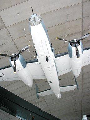 天井から吊られているホンモノのB-25(Duxford博物館)downsize