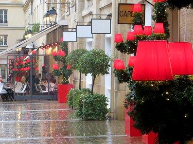 雨に煙る赤と緑のXmasカラーのヴィラージュ広場REVdownsize