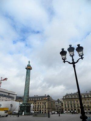 鈍色の曇り空に静かに立つ円柱(Colonne Vendome )downsize