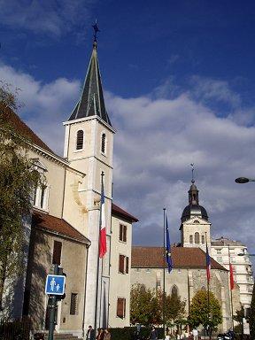 尖塔の立ち姿が美しい市庁舎近くの街角REVdownsize