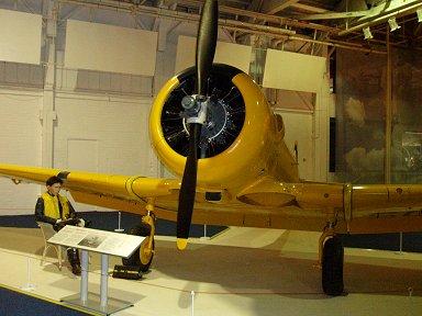 全身ピカピカまっ黄色のハーバード(RAF博物館)downsize