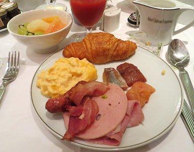 パリのホテル クロワッサンの朝食 REVdownsize