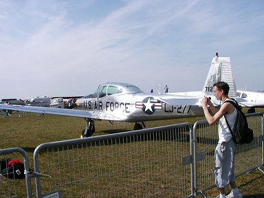 米空軍制服を着ると軽飛行機も凛々しくdownsize