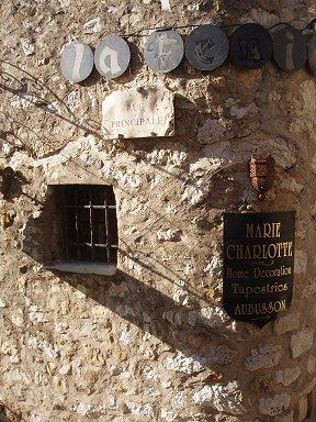 Ezeの古い石壁ににくいほどぴったりの看板downsize