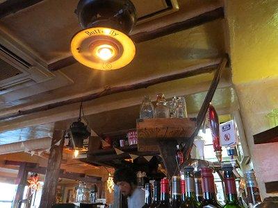 白壁に電球の灯が優しいレトロな店内downsize