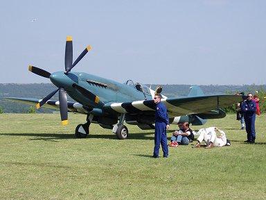 二重反転プロペラのSpitfire PR IXXくつろぐパイロットと護衛のお兄さん (仏Ferte Alaisエアショー)downsize