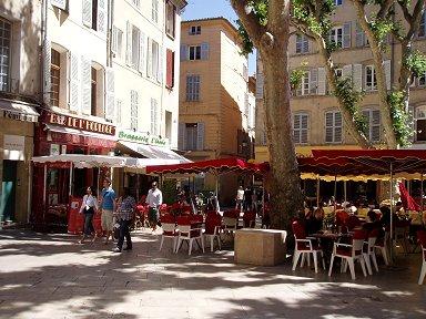 南仏Aix en Provence 小さな広場の赤いテントdownsize