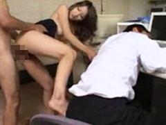【無修正】勤務中にお茶にクスリを混入し、同僚が寝てるすぐ横でハメまくるOL!