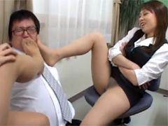2人の痴女OLに蒸れたパンスト足を嗅がされ強制クンニ!顔騎放尿で飲尿させられ射精の瞬間を写メられるM男課長!