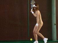 全裸でテニスするとか天国みたいだなwヌードでスポーツする女性って色っぽくて美しいね