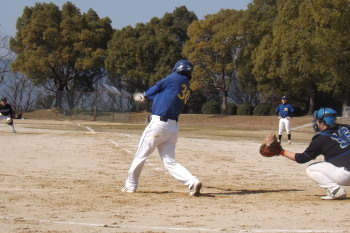 DSCF49934回表二死二、三塁から4番宮本が2点三塁線打