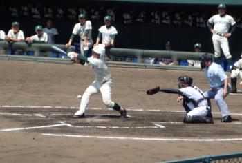P4010044次の島田は投ゴロホームへは間に合わず一塁へ送球するも打者走者にボールが当り2人生還