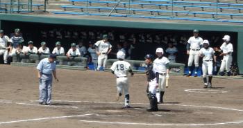 P40100552回裏右中間本塁打を放ってホームインする専大玉名の小田選手